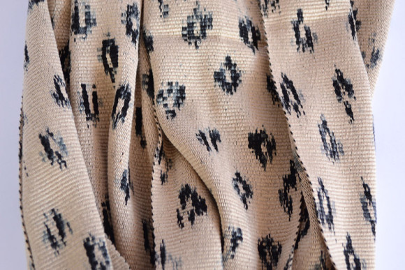 _0006_Ikat Rounded Scarf Beige Prymal zoom2