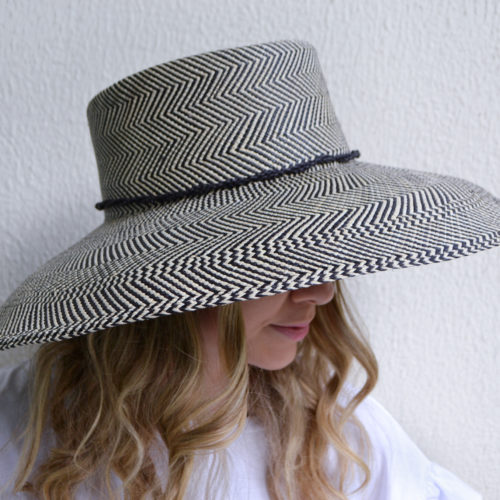 Planter black wide hat