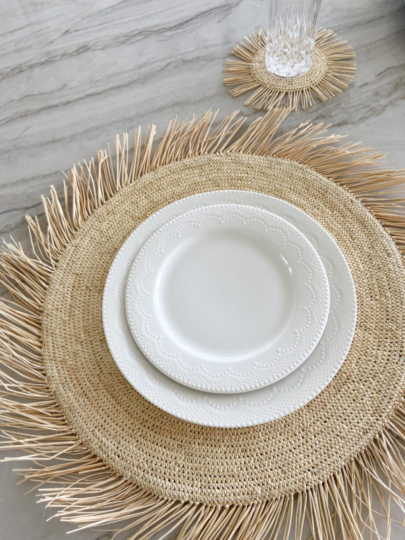 Round straw placemat with fringe edges