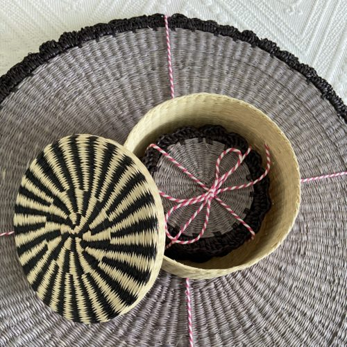 Round straw placemat with scalloped edges